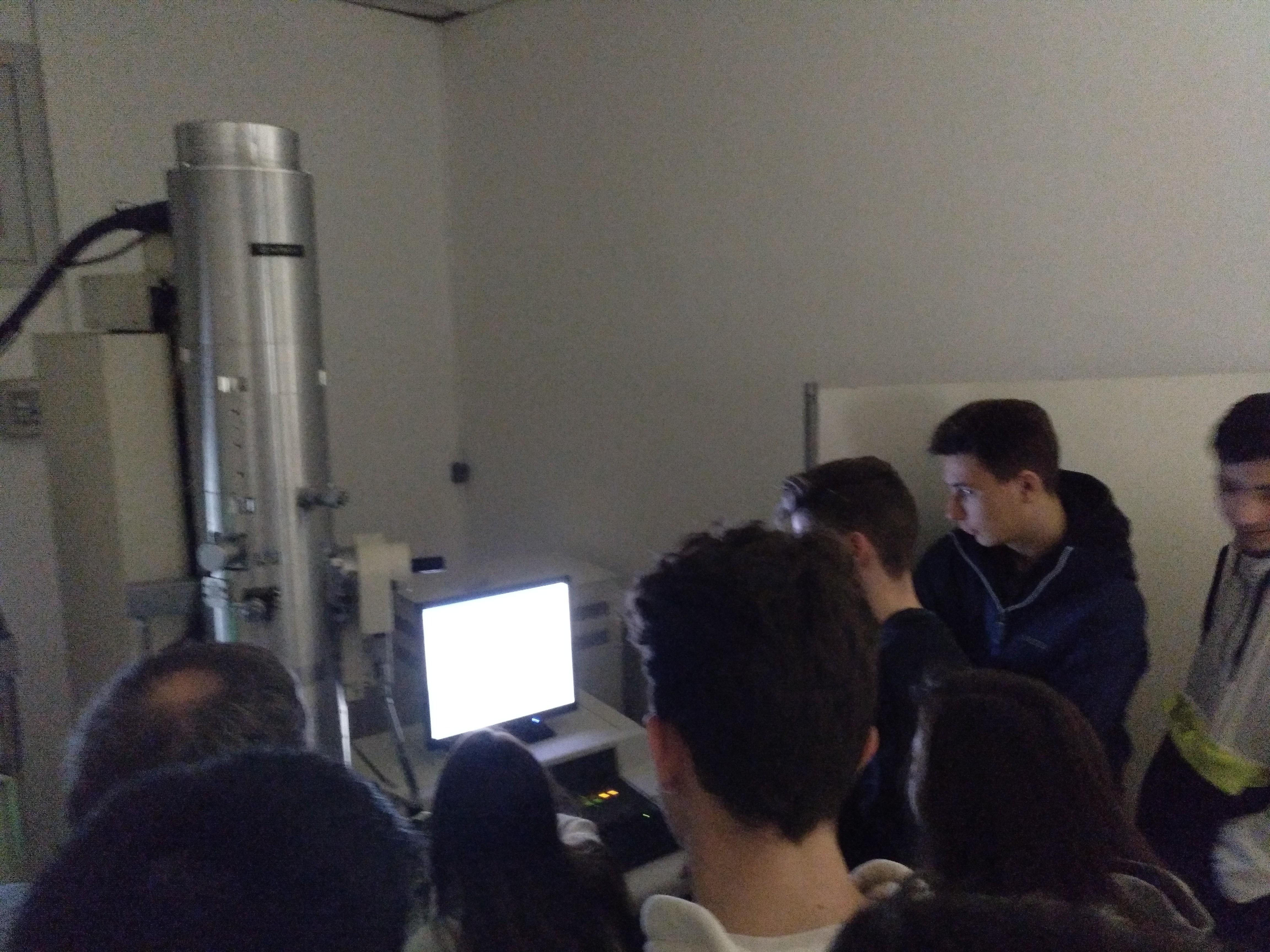 Visita dels alumnes de biologia de 2n batxillerat al Servei de Microscòpia UAB